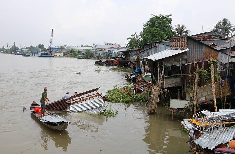 Sà lan đâm sập 5 nhà dân lúc nửa đêm rồi bỏ chạy, nhiều trẻ rơi xuống sông - Ảnh 1