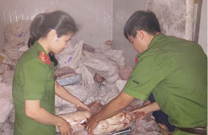 Thu giữ 5 tấn thịt heo sữa, chân bò bẩn chuẩn bị tuồn ra nhà hàng - Ảnh 1