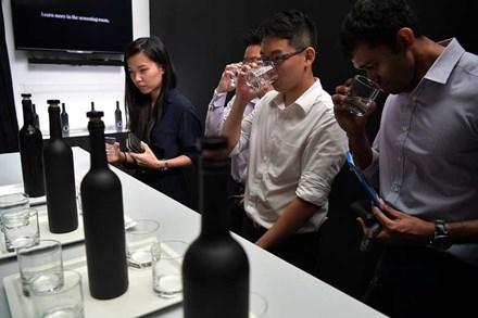 Một chai nước sạch đắt nhất châu Á có giá 28 triệu đồng - Ảnh 1
