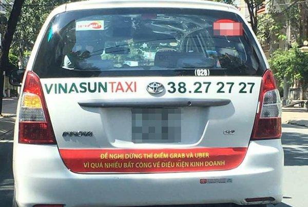 Sở Giao thông Vận tải yêu cầu Vinasun chấm dứt việc dán băng rôn phản đối Grab, Uber - Ảnh 1