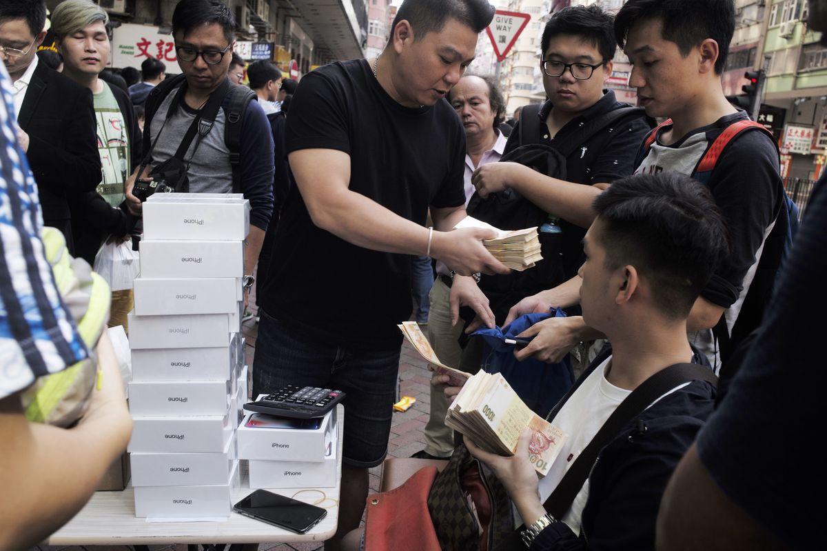 Bất chấp giá lạnh, tín đồ Apple vẫn xếp hàng chờ mua iPhone X - Ảnh 4