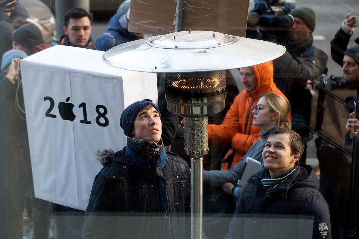Bất chấp giá lạnh, tín đồ Apple vẫn xếp hàng chờ mua iPhone X - Ảnh 2
