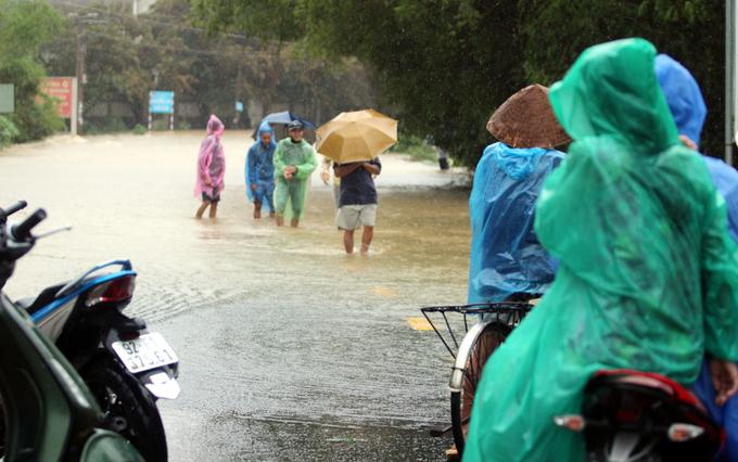 Quảng Nam: Nhiều tuyến giao thông bị chia cắt vì lũ lụt - Ảnh 1