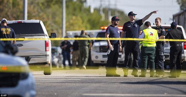 Hiện trường vụ xả súng ở nhà thờ Mỹ khiến khoảng 50 người thương vong - Ảnh 8