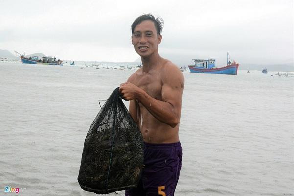 """Ngư dân Khánh Hòa mang tôm hùm lên Sài Gòn bán rẻ """"vớt vát"""" sau bão số 12 - Ảnh 2"""