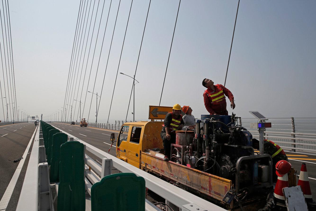 Trung Quốc sắp khánh thành cầu vượt biển dài nhất thế giới - Ảnh 2