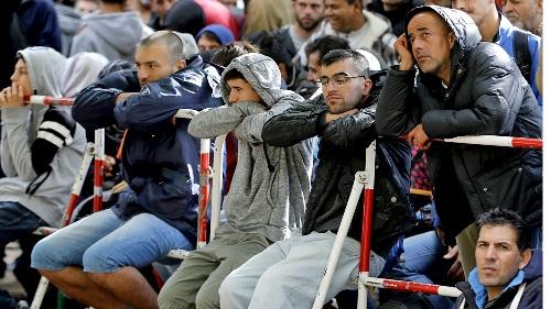 30 người Đức tấn công người nhập cư ngay giữa quảng trường - Ảnh 1