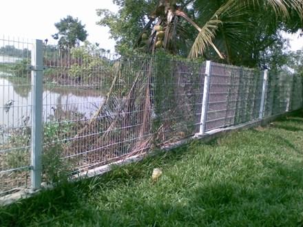 Vướng vào hàng rào chống trộm, bé trai 11 tuổi tử vong vì điện giật - Ảnh 1