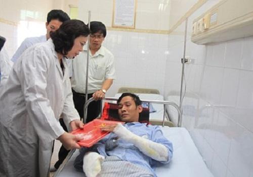 Lãnh đạo Thành ủy Hà Nội thăm nạn nhân vụ nổ trạm biến áp - Ảnh 1