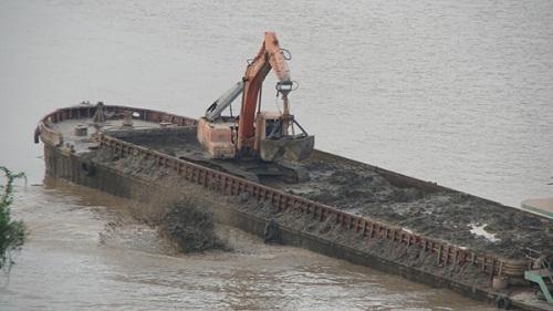 """Bộ Công an điều tra vụ """"tàu lạ"""" đổ chất thải xuống sông Hồng - Ảnh 1"""