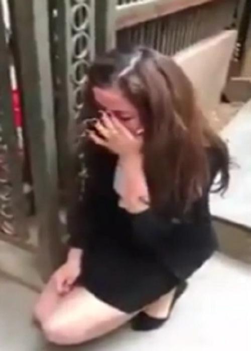 """Bị đánh ghen, cô gái trẻ ôm mặt xin lỗi vợ """"người tình"""" trên phố - Ảnh 2"""