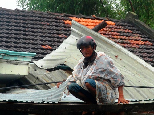 Phú Yên: Hơn 20 căn nhà bị lốc xoáy thổi bay mái - Ảnh 1