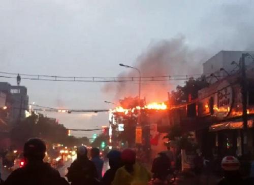 Dây điện cháy, nổ như pháo sau mưa lớn ở TP HCM - Ảnh 1