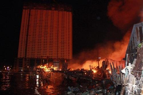 Cháy dữ dội ở Nha Trang, hơn 40 căn nhà chìm trong biển lửa - Ảnh 1