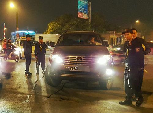 Chấm dứt hợp đồng với lái xe biển xanh tát cảnh sát cơ động - Ảnh 1