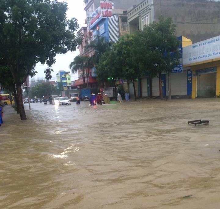 Mưa lớn tại Nghệ An: Nhiều tuyến đường tê liệt, khu trọ lênh láng nước - Ảnh 2