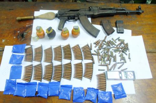 Bị bắt, đối tượng tháo chốt lựu đạn chống trả công an - Ảnh 2