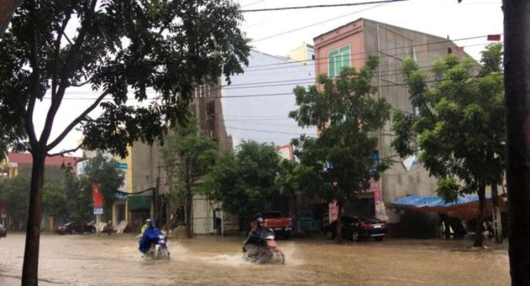 """Mưa lớn kéo dài, nhiều tuyến đường ở thành Vinh """"thất thủ"""" - Ảnh 5"""