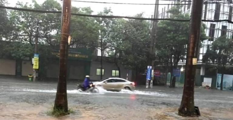 """Mưa lớn kéo dài, nhiều tuyến đường ở thành Vinh """"thất thủ"""" - Ảnh 4"""