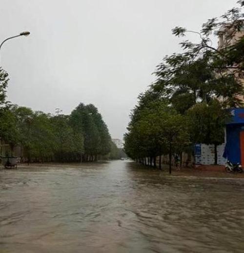 """Mưa lớn kéo dài, nhiều tuyến đường ở thành Vinh """"thất thủ"""" - Ảnh 6"""