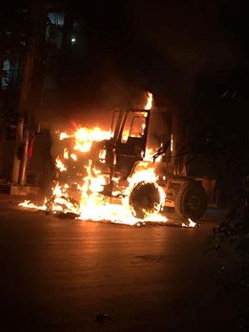 Dân hoảng hồn phát hiện xe tải đang chạy bốc cháy lúc rạng sáng - Ảnh 1