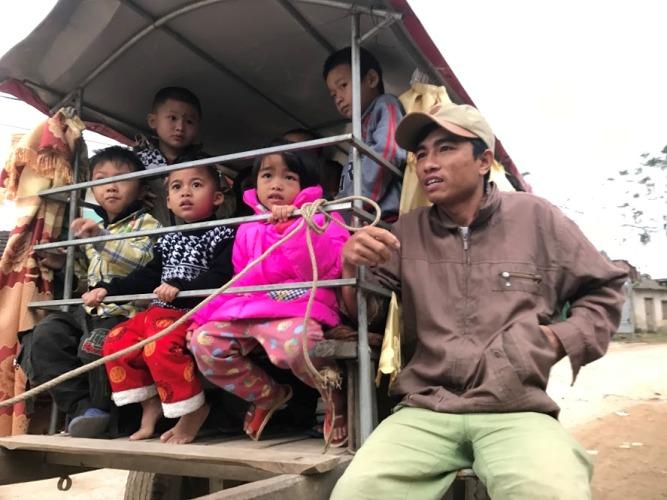 Người đàn ông tật nguyền hàng ngày chở học sinh đến trường bằng xe trâu - Ảnh 4