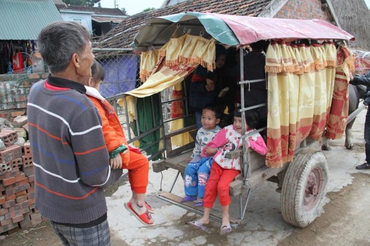 Người đàn ông tật nguyền hàng ngày chở học sinh đến trường bằng xe trâu - Ảnh 2