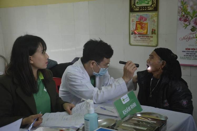 Khám chữa bệnh, phát thuốc miễn phí cho đồng bào dân tộc miền núi - Ảnh 2