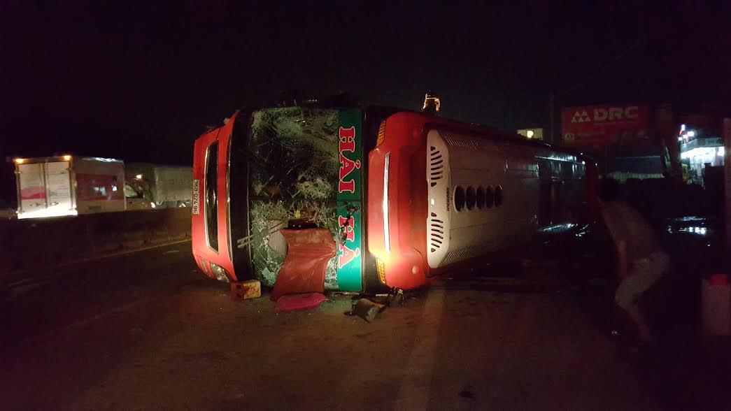 Mất thắng, xe khách đâm vào dải phân cách khiến hàng chục hành khách bị thương - Ảnh 1
