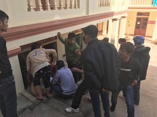 Nghi bắt cóc trẻ em, một người phụ nữ bị dân vây bắt - Ảnh 3