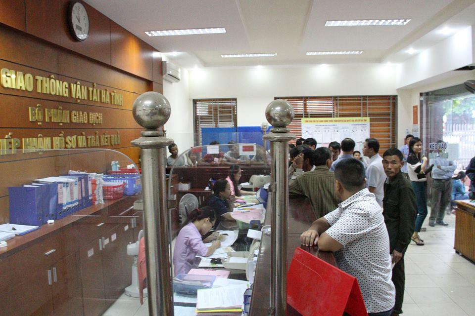 Hà Tĩnh: Dân đổ xô đi đổi giấy phép lái xe vì sợ hết hạn - Ảnh 1