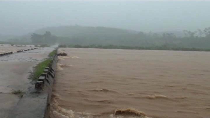 Chùm ảnh: Mưa lũ đổ bộ, các tỉnh miền Trung ngập sâu trên diện rộng - Ảnh 14