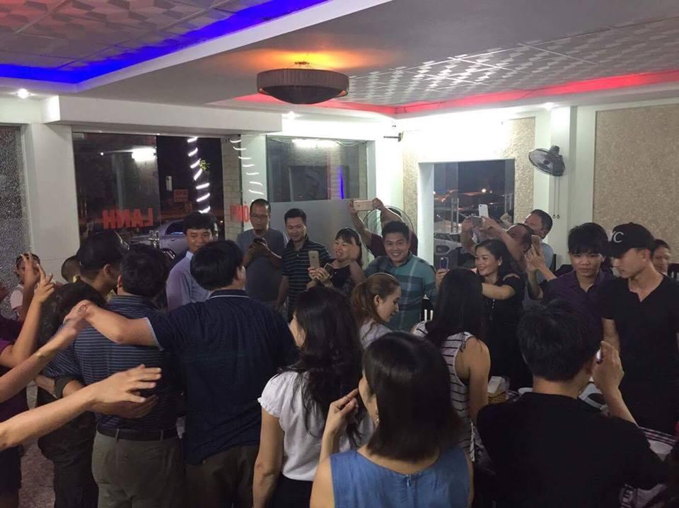 Fan vùng lũ tìm đến khách sạn cả đêm để chụp hình với MC nổi tiếng - Ảnh 4