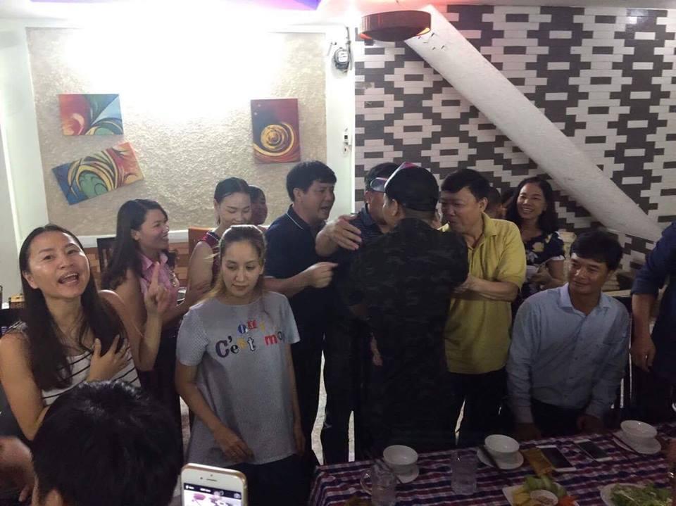 Fan vùng lũ tìm đến khách sạn cả đêm để chụp hình với MC nổi tiếng - Ảnh 5