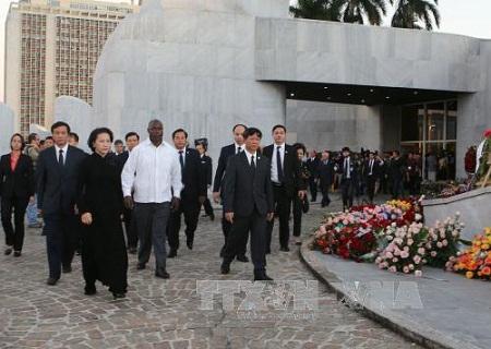Chủ tịch Quốc hội Nguyễn Thị Kim Ngân viếng lãnh tụ Cuba Fidel Castro - Ảnh 1