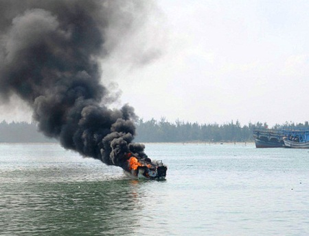 Tìm kiếm ngư dân mất tích trong vụ nổ bình ga trên tàu - Ảnh 1