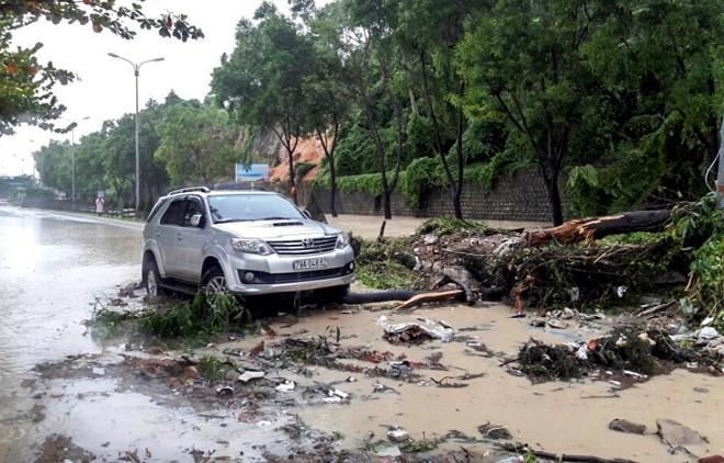 Khánh Hòa: Mưa lớn gây sạt lở núi, 2 ngôi nhà bị sập, giao thông tê liệt - Ảnh 2