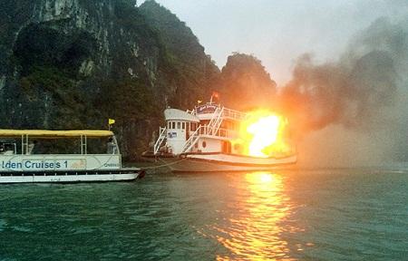 Lộ nguyên nhân vụ cháy tàu du lịch trên vịnh Hạ Long - Ảnh 1
