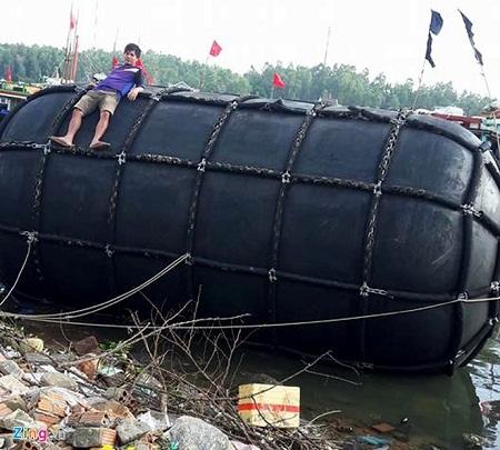 Ngư dân Quảng Ngãi vớt phao 5m dạt giữa biển - Ảnh 1