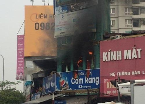 Cháy quán cơm giữa trung tâm thành phố, 1 người bị bỏng nặng - Ảnh 1