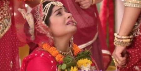 Cô dâu 8 tuổi: Em gái Nandidi bị phát hiện ăn cơm trước kẻng trong đám cưới - Ảnh 2