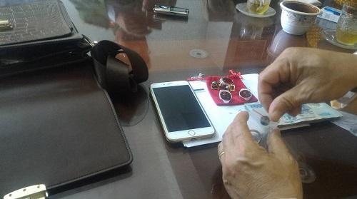 CSGT Bỉm Sơn tìm người trả lại túi đồ chứa nhiều tiền mặt, vàng và đá quý - Ảnh 2