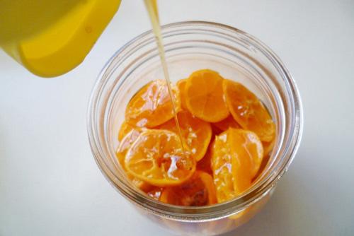 Mẹo chữa ho dân gian từ quất xanh chưng mật ong bạn nên biết - Ảnh 1