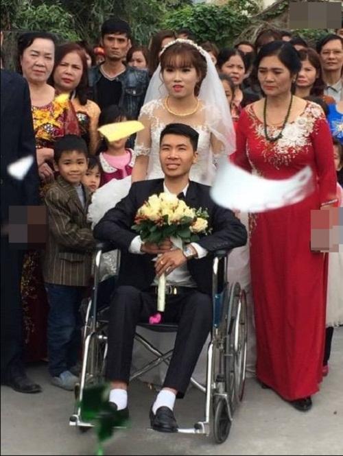 Cảm động với hình ảnh cô dâu xinh đẹp đẩy xe lăn cùng chồng vào lễ đường - Ảnh 1