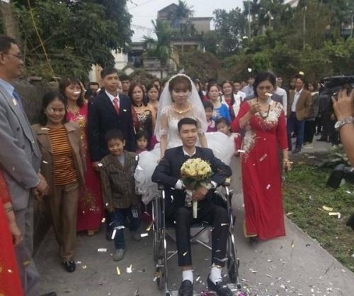 Cảm động với hình ảnh cô dâu xinh đẹp đẩy xe lăn cùng chồng vào lễ đường - Ảnh 2