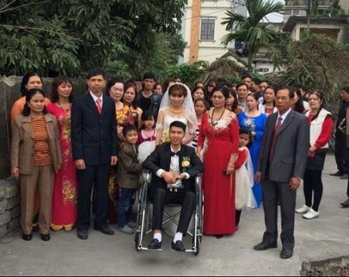 Cảm động với hình ảnh cô dâu xinh đẹp đẩy xe lăn cùng chồng vào lễ đường - Ảnh 3