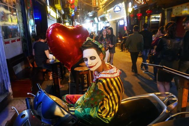 Hà Nội: Nhiều người hoảng hốt bắt gặp zombies trong đêm Halloween - Ảnh 3