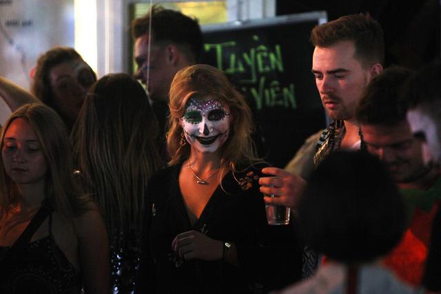 Hà Nội: Nhiều người hoảng hốt bắt gặp zombies trong đêm Halloween - Ảnh 5