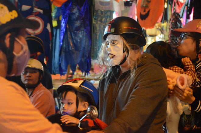 Hà Nội: Nhiều người hoảng hốt bắt gặp zombies trong đêm Halloween - Ảnh 2