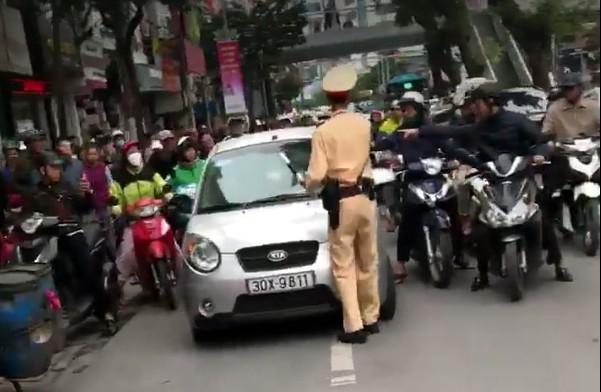 """Vụ nữ tài xế """"ủi"""" CSGT: Phạt ít nhất 5 triệu đồng - Ảnh 1"""